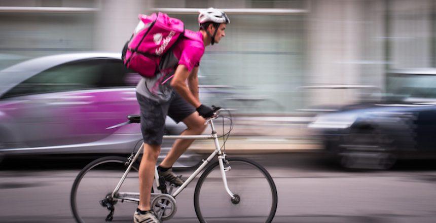 Andreas Hartl, Auslieferfahrer des Lieferdienstes Foodora, fährt am 28.06.2017 durch eine Straße in Berlin. (zu