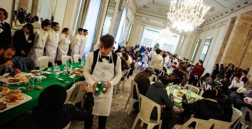 Un momento del pranzo di Natale all'interno degli spazi del foyer del Teatro San Carlo per i meno abbienti, Napoli, 13 dicembre 2017. ANSA/CESARE ABBATE
